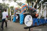 Pengunjung melintas disamping monumen Panser Anoa di Taman Cibeunying saat peringatan HUT ke-36 Pindad di Bandung, Jawa Barat, Sabtu (6/4). Monumen Panser Anoa yang didirikan tersebut merupakan sebagai wujud tanggung jawab sosial sekaligus sebagai simbol kebanggaan untuk warga Jawa Barat, khususnya Kota Bandung sebagai lokasi produsen alutsista buatan dalam negeri ini berada. ANTARA JABAR/M Agung Rajasa/agr