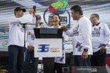 Menteri BUMN Rini M Soemarno (tengah) berbincang dengan Direktur Utama Pindad Abraham Mose (kedua kanan) bersama jajaran direksi disela-sela peresmian Gedung Munisi saat peringatan HUT ke-36 Pindad di Bandung, Jawa Barat, Sabtu (6/4). Peresmian fasilitas produksi Munisi baru yang berlokasi di Turen, Kabupaten Malang tersebut upaya untuk meningkatkan kemampuan dan kapasitas dengan banyaknya permintaan produk baik dari pasar domestik maupun pasar internasional. ANTARA JABAR/M Agung Rajasa/agr