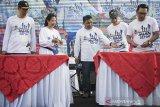 Menteri BUMN Rini M Soemarno (kedua kiri) bersama Direktur Utama Pindad Abraham Mose (tengah), Gubernur Jawa Barat Ridwan Kamil (kanan) dan jajaran direksi menyaksikan penandatanganan prasasti Gedung Munisi saat peringatan HUT ke-36 Pindad di Bandung, Jawa Barat, Sabtu (6/4). Peresmian fasilitas produksi Munisi baru yang berlokasi di Turen, Kabupaten Malang tersebut upaya untuk meningkatkan kemampuan dan kapasitas dengan banyaknya permintaan produk baik dari pasar domestik maupun pasar internasional. ANTARA JABAR/M Agung Rajasa/agr