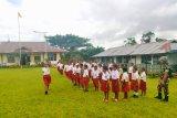 TNI latih pelajar SD di perbatasan Papua baris-berbaris