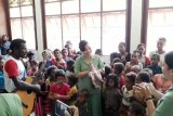 Persit bagikan bahan pokok di Kampung Wapomania Papua