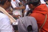 Warga serbu jajanan gratis saat kampanye Akbar Prabowo