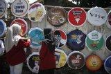 Mahasiswa mengamati poster dengan tema Pemilu Damai saat kunjungan di Kampung Demokrasi, Nayu, Solo, Jawa Tengah, Selasa (9/4/2019). Poster di Kampung Demokrasi tersebut dipajang untuk mengajak warga menggunakan hak pilih guna menyukseskan Pemilu 2019. (ANTARA FOTO)