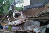 Hujan lebat, tembok penahan longsor kantor Camat Rao ambruk
