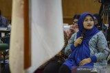 Terdakwa kasus dugaan suap perizinan Meikarta, Neneng Hasanah Yasin (kanan) menjawab pertanyaan Jaksa Penuntut Umum saat menjalani sidang dengan agenda pemeriksaan terdakwa di Pengadilan Tipikor, Bandung, Jawa Barat, Rabu (10/4/2019). Dalam sidang tersebut, Jaksa Penuntut Umum KPK memberikan beberapa pertanyaan kepada Mantan Bupati Bekasi itu guna memberikan keterangan terkait dugaan suap perizinan Meikarta. ANTARA JABAR/Raisan Al Farisi/agr