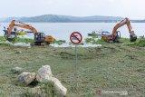 Sejumlah alat berat membersihkan eceng gondok di Perairan Waduk Jatiluhur, Pelabuhan Biru, Purwakarta, Jawa Barat, Rabu (10/4/2019). Menurut Direktur Utama Perum Jasa Tirta II U. Saefudin Noer pengelolaan dan pemeliharaan waduk merupakan upaya melindungi dan melestarikan sumber air untuk  ketahanan air nasional yang berkesinambungan bagi kehidupan masyarakat. ANTARA JABAR/M Ibnu Chazar/agr