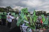 Plt Ketua Umum PPP Suharso Monoarfa (kedua kiri) menyampaikan orasi politiknya pada Kampanye Terbuka PPP di Lapangan Dadaha, Kota Tasikmalaya, Jawa Barat, Jumat (12/4/2019). Suharso Monoarfa mengajak kepada pendukungnya untuk memenangkan Pilpres nomor urut 01 pasangan Jokowi-Ma'ruf pada Pilpres 17 April mendatang. ANTARA JABAR/Adeng Bustomi/agr