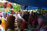 Bupati Hendrajoni borong dagangan  PKL untuk penerima PKH