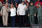 Setelah upaya kudeta, Maduro tampil bersama menteri pertahanan di televisi