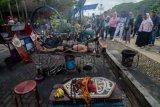 Muhammad Arsyad (79) melakukan atraksi api di Menara Pandang, Banjarmasin, Kalimantan Selatan, Minggu (14/4/2019). Muhammad Arsyad yang merupakan mantan atlet lari tersebut telah menjalani atraksi api selama 15 tahun dengan memanfaatkan kekebalan tubuhnya terhadap api. ANTARA FOTO/Raisan Al Farisi/wsj.