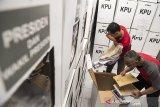 Panitia Pemilihan Kecamatan (PPK) memeriksa kelengkapan kotak suara pemilu sebelum didistribusikan di gudang penyimpanan logistik wisma PNKA, Bandung, Jawa Barat, Senin (15/4/2019). Sebanyak 1415 kotak suara akan didistribusikan ke 283 TPS di enam kelurahan, Kecamatan Cicendo pada hari Selasa 16 April 2019 untuk digunakan pada Pemilu serentak 17 April 2019. ANTARA JABAR/M Agung Rajasa/agr