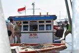 Kapal  pengangkut logistik pemilu ke pulau seribu terhambat hujan badai