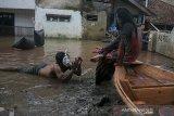 Warga melakukan aksi teatrikal di area banjir pada acara Pentas Bandung Lautan Banjir di Bojongasih, Dayeuhkolot, Kabupaten Bandung, Jawa Barat, Minggu (14//4/2019). Kegiatan tersebut merupakan bentuk protes dari warga serta menjadi kegiatan untuk menghibur warga yang telah terdampak banjir sejak hampir sebulan lalu akibat luapan sungai Citarum. ANTARA JABAR/Novrian Arbi/agr.