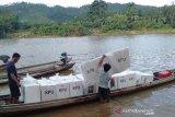 Penuh perjuangan, pengiriman logistik Pemilu di SM Rimbang Baling Riau andalkan perahu
