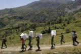 Distribusi logistik di perbatasan melalui jalur berbahaya