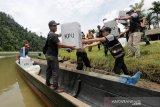Petugas penyelenggara pemilihan umum (pemilu) dibantu personil Polres Aceh Selatan dan anggota TNI Kodim 0107 memuat kotak suara dan logistik ke dalam perahu untuk didistribusikan ke TPS terpencil serta terisolir Sarah Baru di Manggamat Kluet Tengah, Aceh Selatan, Selasa (16/4/2019). Menjelang H-1 pemilu serentak legislatif dan presiden 2019, pihak penyelenggara mendistribusikan berbagai logistik dan kebutuhan untuk TPS guna menyukseskan tahapan pemungutan suara 17 April 2019. (Antara Aceh/Irwansyah Putra)