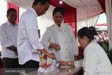 Presiden Jokowi dan ibu Iriana memberikan suara di TPS 008
