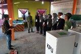 Petugas KPPS diambil sumpah sebelum pemungutan suara