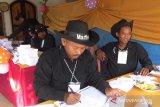 Tarik simpati warga, petugas KPPS gunakan topi koboi