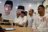 Ketua Tim Kampanye Daerah (TKD) Koalisi Indonesia Kerja Sumut Ivan Iskandar Batubara (kedua kiri) bersama Ketua Umum DPP Nusantara untuk Jokowi (N4J) RE Nainggolan (kiri) Bendahara TKD Akbar Himawan Buchari (kedua kanan) dan Pembina Relawan Pengusaha Muda Nasional Untuk Jokowi Ma'ruf Bobby Nasution (kanan) memberi keterangan kepada wartawan, di Medan, Sumatera Utara, Rabu (17/4/2019). TKD Sumut menilai berdasarkan hitungan internal, pihaknya yakin pasangan Capres dan Cawapres nomor urut 01 Joko Widodo-KH Ma'ruf Amin menang di Sumatera Utara diatas 50 persen. (Antara Sumut/Irsan)