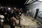 Warga merusak dan membakar kantor Pos Lanal Pusong, Desa Pusong Baru, Kecamatan Banda Sakti, Lhokseumawe, Aceh, Rabu (17/4/2019) malam. Ratusan warga setempat mengamuk lantaran tidak terima perbuatan salah seorang oknum anggota Lanal disebut-sebut mengkasari seorang anak di desa itu, satu warga dan satu petugas Kepolisian luka-luka dalam peristiwa itu. (Antara Aceh/Rahmad)