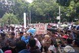 Emak-emak pendukung Prabowo-Sandi unjuk rasa minta KPU netral