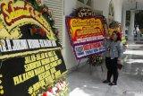 Karangan bunga ucapan selamat hiasi halaman Istana Kepresidenan