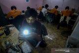 Teknisi menyelesaikan produksi lampu led