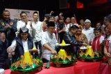 Relawan Jokowi-Ma'ruf syukuran potong tumpeng rayakan kemenangan hitung cepat