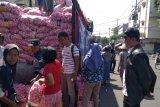 Konsumen dan pengecer menyerbu OP bawang putih di Beringharjo