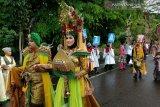 Lingga tampilkan tepuk tepung tawar dan kostum karnaval (video)