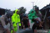 Petugas evakuasi korban banjir
