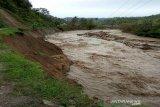 Korban banjir Sigi terpaksa berjalan kaki susuri kebun kakao