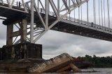Fender Jembatan Kalahien roboh akibat ditabrak tongkang batu bara [VIDEO]