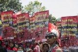 Ratusan buruh melakukan aksi unjuk rasa saat peringatan hari Buruh Internasional di Gedung Sate, Bandung, Jawa Barat, Rabu (1/5/2019). Dalam aksinya mereka meminta untuk mencabut PP No 78/2015 tentang pengupahan dan penegakan hukum ketenagakerjaan. ANTARA JABAR/M Agung Rajasa/agr