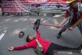 Sejumlah buruh melakukan aksi teatrikal saat peringatan hari Buruh Internasional di Gedung Sate, Bandung, Jawa Barat, Rabu (1/5/2019). Dalam aksinya mereka meminta untuk mencabut PP No 78/2015 tentang pengupahan dan penegakan hukum ketenagakerjaan. ANTARA JABAR/M Agung Rajasa/agr