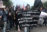 Di Surabaya polisi bubarkan massa berpakaian serba hitam