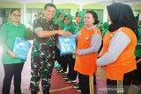 Peringati Hari Kartini, Dandim Sampit bagikan pakaian olahraga gratis
