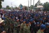 Ribuan warga Baduy berjalan kaki dari jembatan Ciberang menuju pendopo Pemkab Lebak sepanjang 1 km