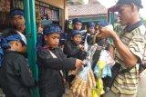 Anak anak Baduy yang ikut seba..seperti anak anak kita juga beli tahu goreng pada pedagang krlilibg