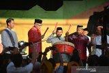 Plt Gubernur Aceh, Nova Irivansyah ( kedua kiri) bersama pejabat dinas pariwisata secara bersama memukul beduk saat pembukaan Festival Ramadhan di Taman Budaya, Banda Aceh, Selasa (7/5/2019). Festival Ramadhan yang dilaksanakan pemerintah Aceh bekerjasama dengan Kementerian Pariwisata itu, menampilakan sejumlah kesenian bernuansa Islam dari berbagai suku di Aceh dan termasuk Tarian Sufi dari Turkiyang berlangsung dari tanggal 7 hingga 27 Mei 2019. (Antara Aceh/Ampelsa)