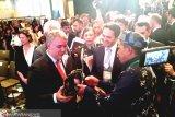 Jadi pembicara forum hutan tropis dunia, Alfedri hadiahkan Tanjak ke Presiden Kolombia
