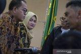 Terdakwa kasus dugaan suap perizinan proyek Meikarta Neneng Hasanah Yasin (kedua kiri) berdiskusi dengan penasihat hukum saat mengikuti jalannya sidang lanjutan di Pengadilan Tipikor Bandung, Jawa Barat, Rabu (8/5/2019). Jaksa KPK menuntut Bupati nonaktif Bekasi Neneng Hasanah Yasin dengan hukuman  selama 7 tahun dan 6 bulan penjara dengan denda Rp 250 juta subsidair 4 bulan kurungan serta menuntut agar hak politiknya dicabut selama 5 tahun.  ANTARA JABAR/Novrian Arbi/agr