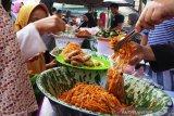 Hunting for traditional cuisine in Pasar Pabukoan at Batusangkar