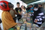 Sejumlah warga di Kota Gorontalo, sementara memilih aneka ragam tajil yang dijual di beberapa ruas jalan kota itu, Rabu (8/5) sore.