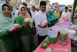 Wakil Wali Kota Banda Aceh Zainal Arifin (dua kanan) bersama petugas Balai Pengawas Obat dan Makanan (BPOM) melaksanakan inspeksi mendadak (sidak) makanan dan minuman berbuka puasa yang dijajakan pedagang takjil di Banda Aceh, Jumat (10/5/2019). BPOM dan Pemerintah Kota Banda Aceh akan memberikan sanksi kepada pedagang yang menjual makanan dan minuman mengandung zat kimia berbahaya. (Antara AcehIrwansyah Putra)
