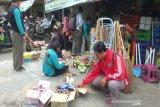 Satpol PP Kulon Progo menyita ribuan makanan dan minuman kedaluwarsa
