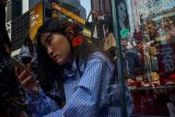 Dampak kecanduan ponsel untuk kulit: jerawat hingga penuaan dini