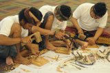 Sejumlah perajin mengikuti uji kompetensi saat kegiatan Sertifikasi Profesi Perajin Kriya Kayu Ukir di Denpasar, Bali, Jumat (10/5/2019). Kegiatan yang diikuti 100 perajin tersebut digelar Badan Ekonomi Kreatif bekerjasama dengan Lembaga Sertifikasi Profesi Kriya Kayu Ukir untuk meningkatkan daya saing dan mengembangkan usaha ekonomi kreatif kerajinan kayu ukir di Bali. ANTARA FOTO/Fikri Yusuf/nym.