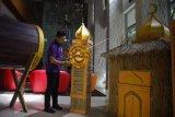 Miniatur masjid berbahan akar wangi